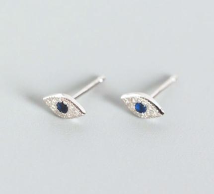 Pendientes Ojitos. Pequeños pendientes mini en plata de ley de ojo con diamantes y una piedra azul.