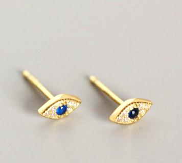 Pendientes Ojitos Oro. Pequeños pendientes mini en plata de ley chapada en oro de ojo con diamantes y una piedra azul.