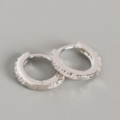 Pendientes Emily Plata. Ideales pendientes de aro mini en plata de ley con pequeños diamantes. Un clásico.