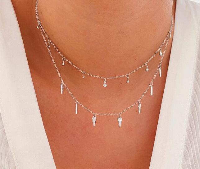 Cuernitos Plata. Colgantes y collares minimalistas de plata de ley 925 con charms de mini cuernos repletos de circonitas. Perfecto como joya de diario.