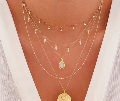 Cuernitos Plata es un delicado collar de plata varios colgantes de mini cuernos repletos de diamantitos. Perfecto como joya de diario.
