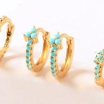 Pendientes Turquesa Tríada Oro . Pequeños pendientes de aro mini de bolas en oro con piedra turquesa en el centro.