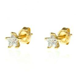 Los Pendientes Estrellita Brilli Oro son tan pequeños que puedes dormir con ellos. Muy estilosos, iluminan el rostro. Pendientes Mini de oro en forma de estrella con brillantito.