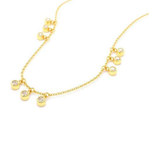 Colgante Chatones Orominimalista y elegante. Collar de cadena dorado con charms colgantes de chatones, hecho en oro con pequeños diamantes.