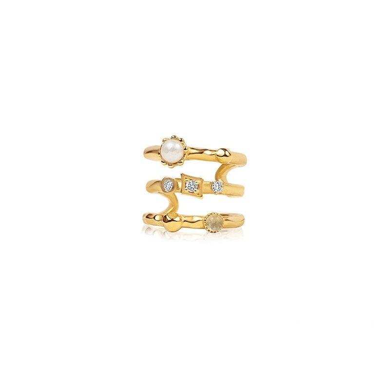 Elegante Ear Cuff West Oro. Pendiente para piercing sin agujero en color dorado con diamantes, piedras y una perla.