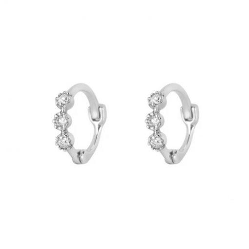 Pendientes de Aro Brillantitos plata. Pendientes de aro plateados con tres diamantes. Son pequeños, pegaditos a la oreja.