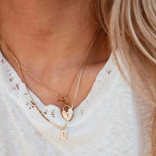 Colgante Medallón Everwhite Oro. Collar dorado con colgante de medallón rectangular fijo, con un diamante. Hecho en oro.