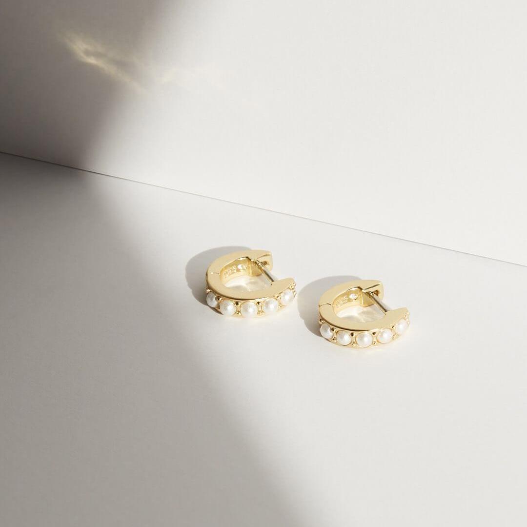 Pendientes Aro Perlas Oro. Pequeños pendientes de Aro dorados con medias perlas. Aros hechos en oro con gemas.