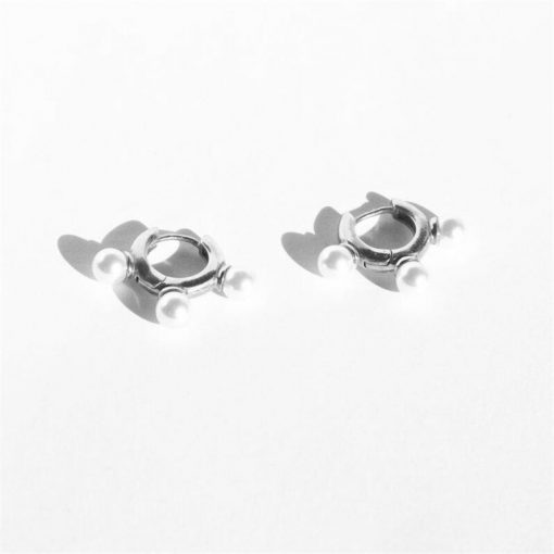 Pendientes Aro Tres Perlas Plata. Aros plateados con tres perlas en plata de ley 925 chapada en plata de ley 925 con tres perlas.