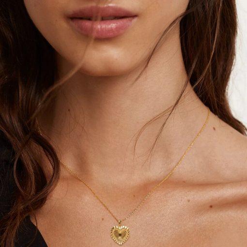 Colgante Corazón Oro Péndulo. Colgante corazón oro 18 k. Fina cadena dorada con colgante charm en forma de corazón labrado.