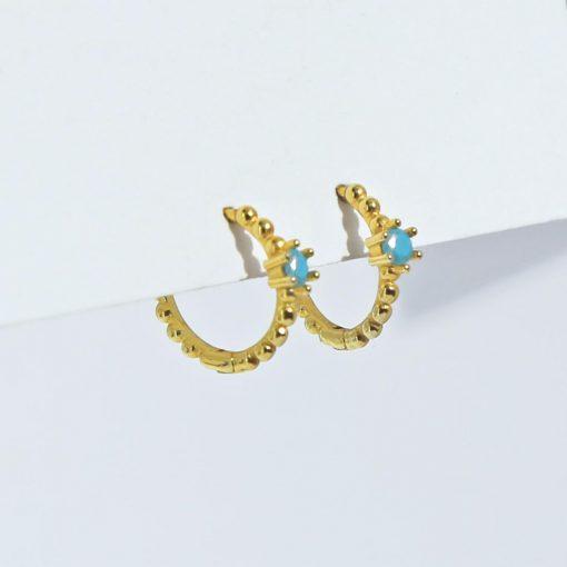 Pendientes Turquesa Bolas Oro. Pequeños pendientes de aro mini de bolas en oro con piedra turquesa en el centro.