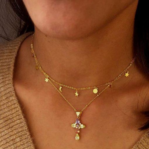 Colgante Cruz Piedras Oro. Cadena dorada con charm o colgante cruz dorado con piedras de colores. Cruces colores.